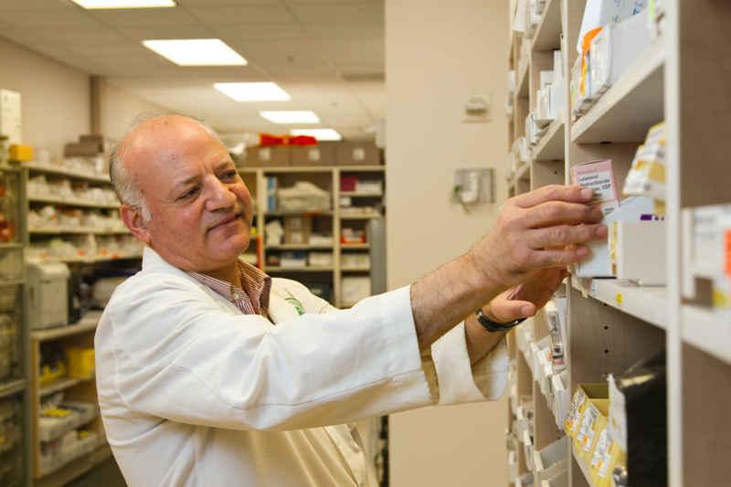 Farmacista cerca pomata per la fimosi del pene