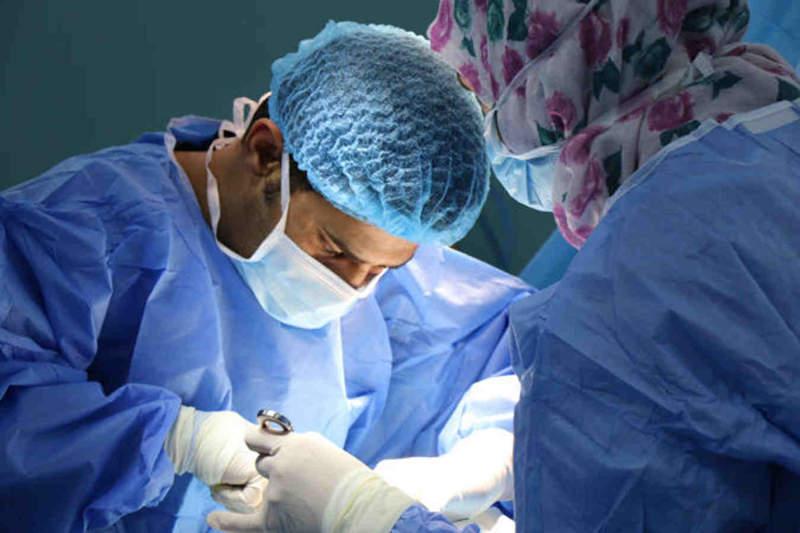 Medici eseguono intervento di circoncisione per fimosi serrata
